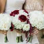 White bouque bridesmaids_Red and white bride